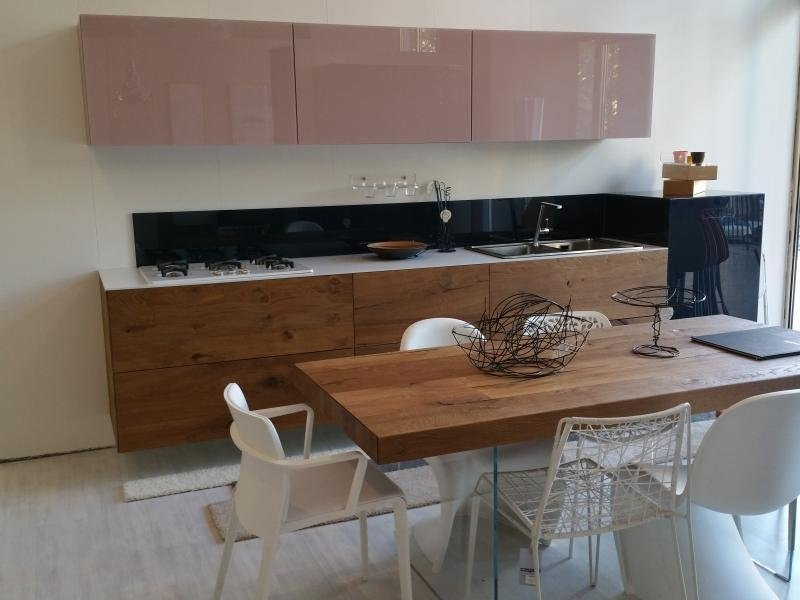 vista frontale di una sala da pranzo con cucina classica in legno
