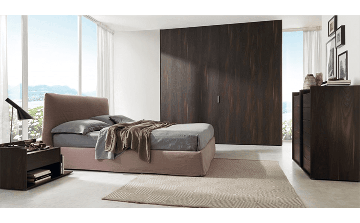 armadio legno scuro