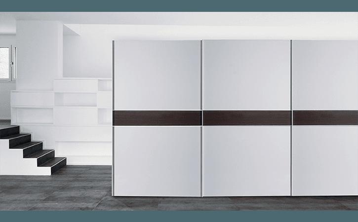 armadio bianco con riga nera