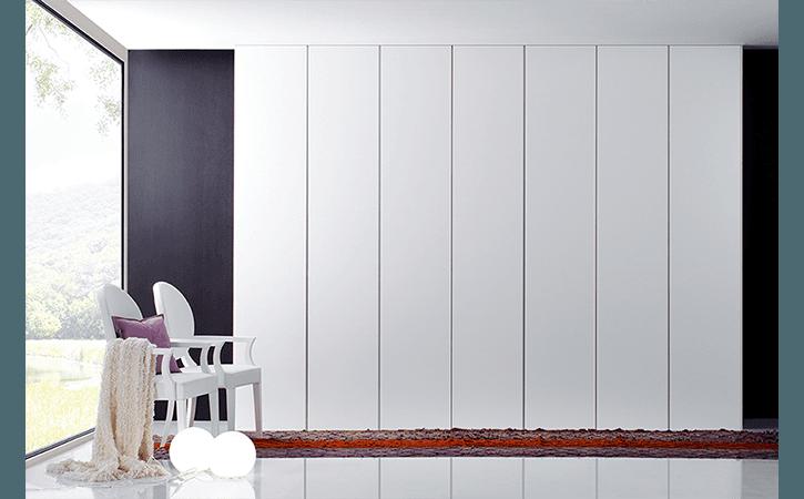 armadio bianco a parete
