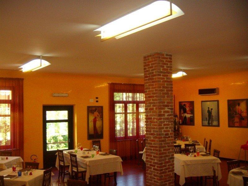 Lampadari in stile moderno all'interno di una sala di un ristorante