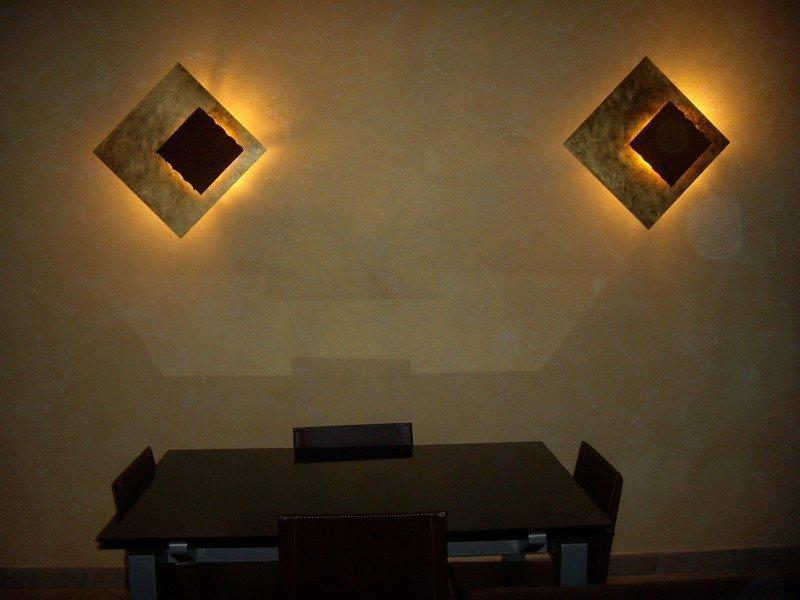 Due applique in una sala da pranzo di un'abitazione privata