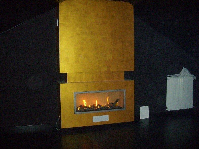 Finto caminetto creato con apposita illuminazione per dare un effetto realistico