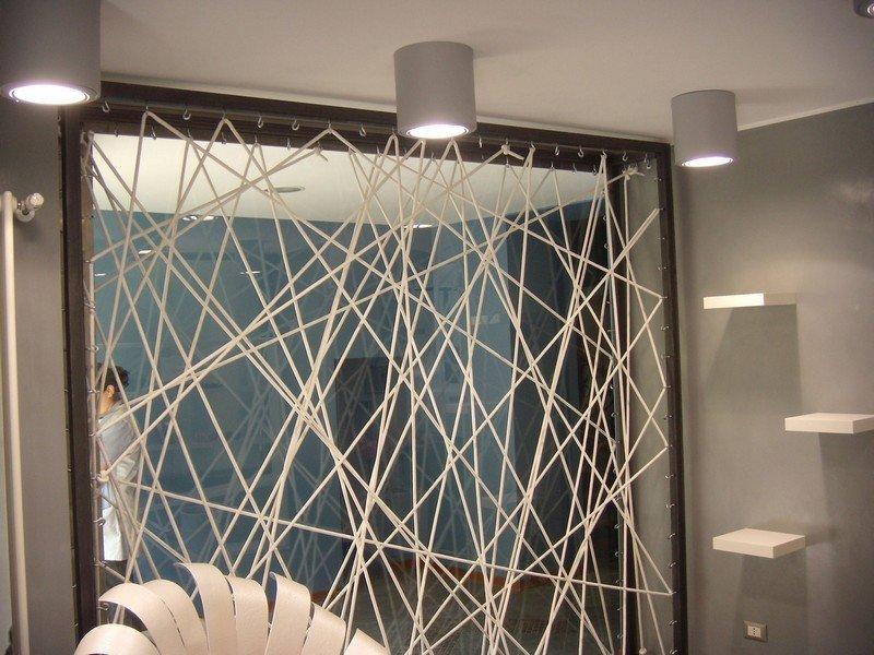 Faretti installati in una camera di albergo in stile moderno