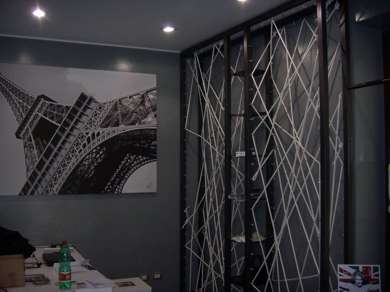 faretti che illuminano uno studio arredato in stile moderno
