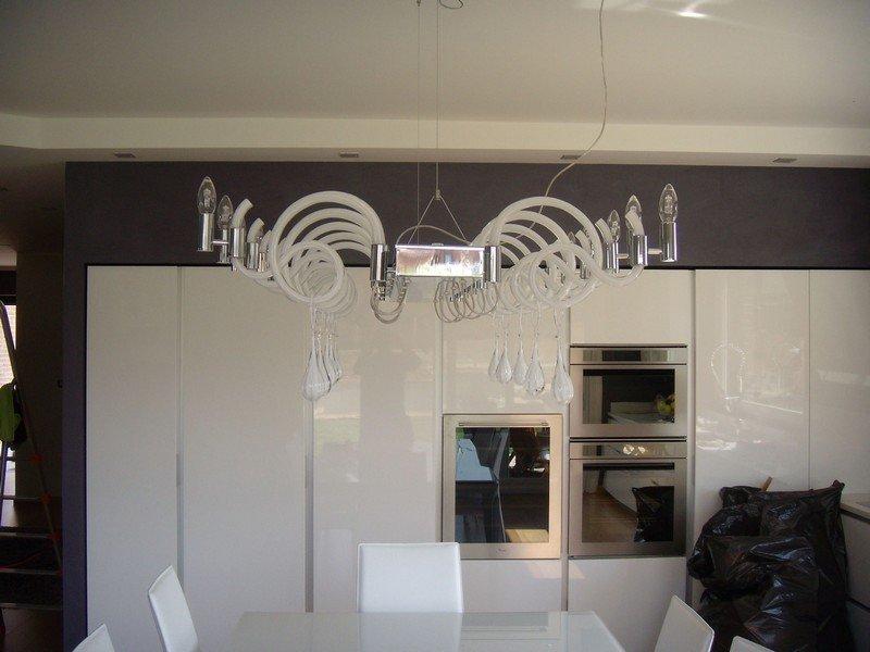 Lampadario di design in una cucina bianca privata