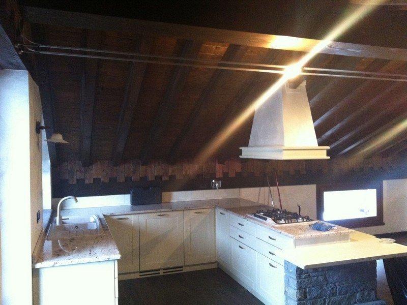 Illuminazione a faretti in una cucina con isola