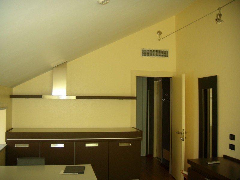 Camera da letto privata arredata in stile moderno con illuminazione a faretti