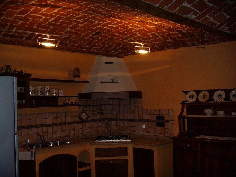 Cucina rustica con illuminazione a faretti
