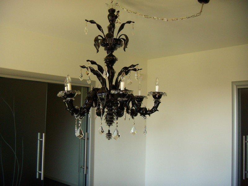 Lampadario nero in vetro di murano in una camera da letto privata