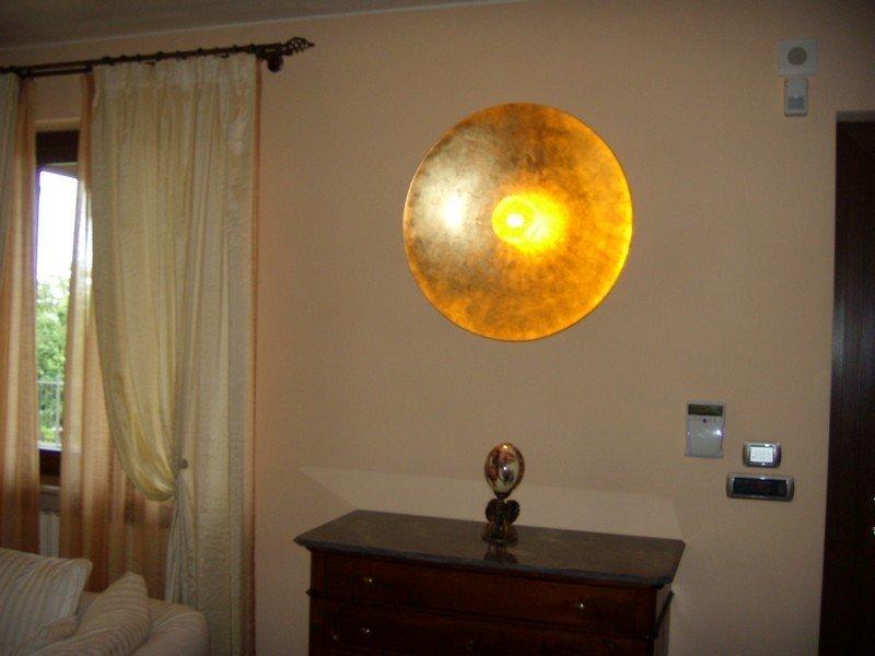 camera da letto privata con grande applique gialla