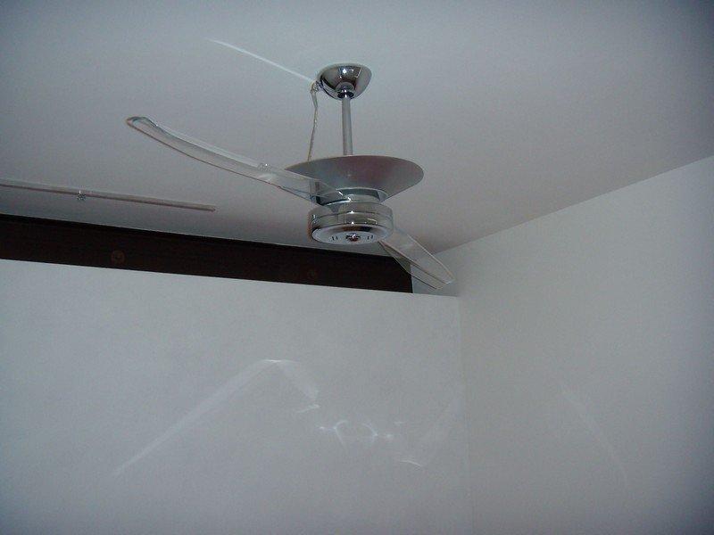 Lampadario corredato di pale per la ventilazione
