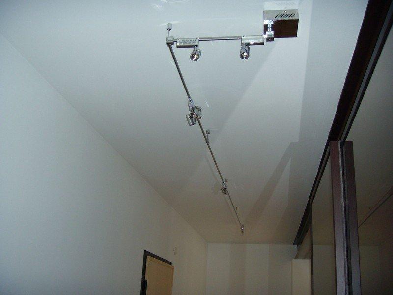 sistema di illuminazione a faretti su un soffitto bianco