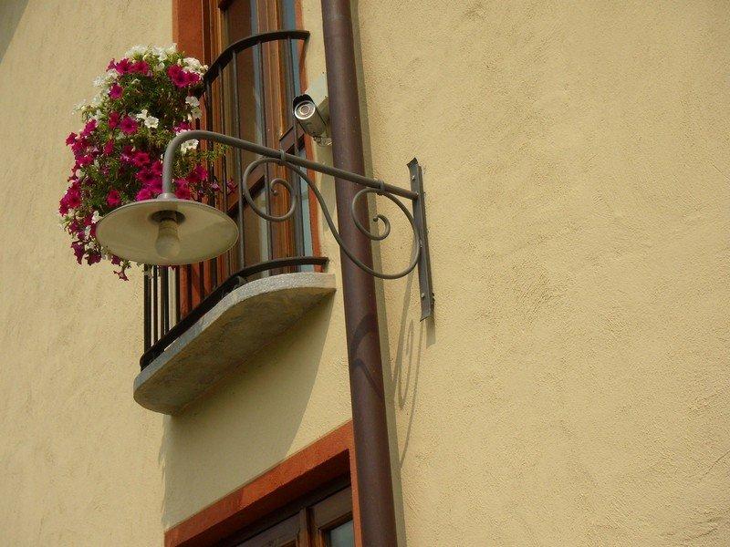 Balcone con fiori e lampadario da esterno