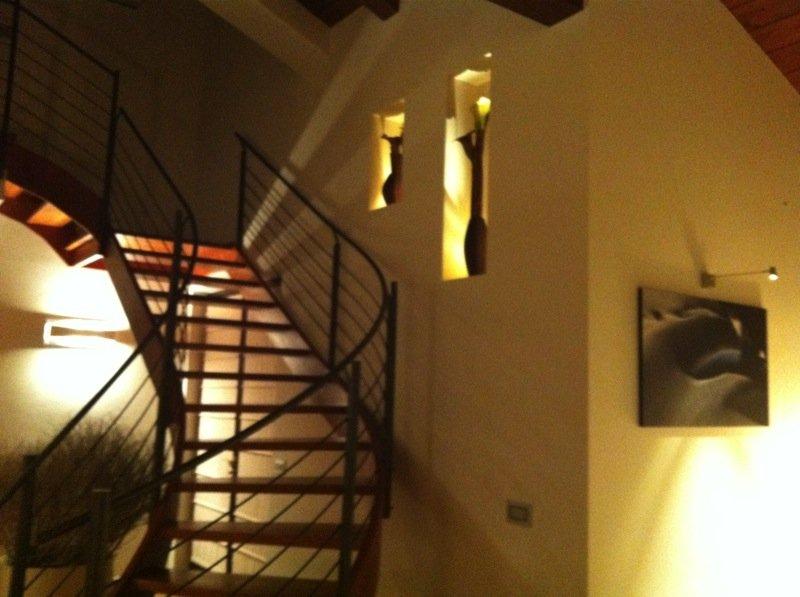 scala all'interno di un appartamento privato con applique luminose