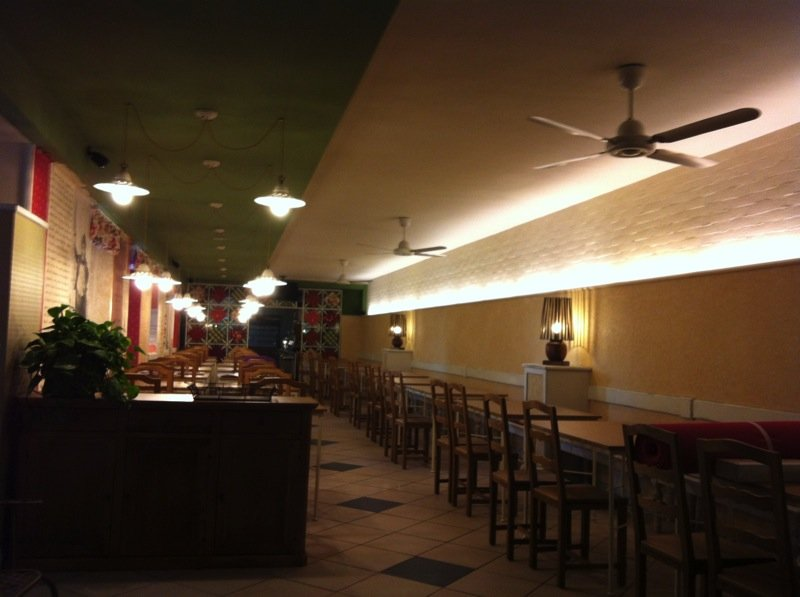 Sala di un ristorante con illuminazione a lampadari bianchi