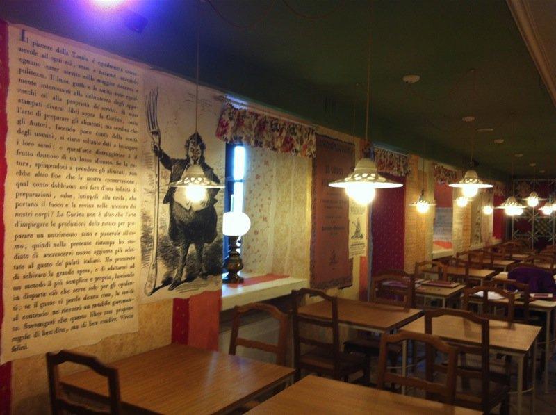 Interno di una sala di un ristorante con lampadari bianchi