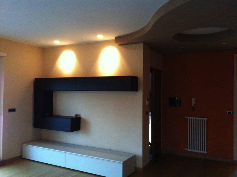 soggiorno privato con mobili e illuminazione a faretti