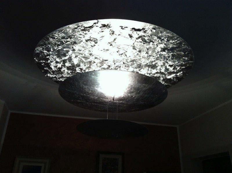 grande lampadario in acciaio di forma circolare