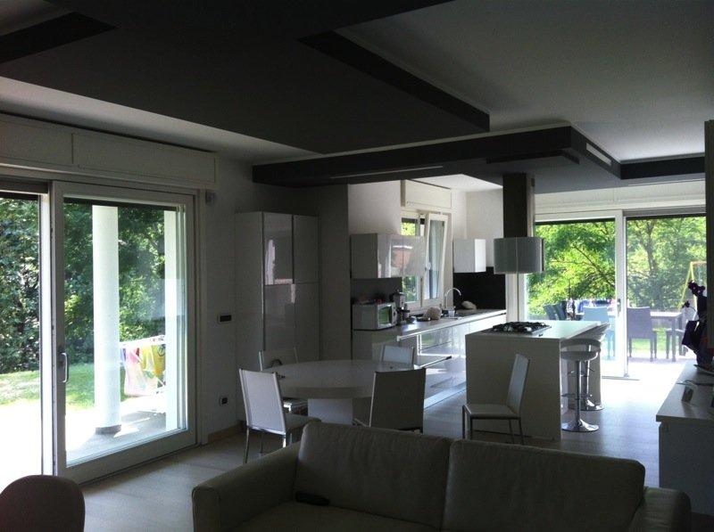 soggiorno moderno con lampadari moderni per l'illuminazione
