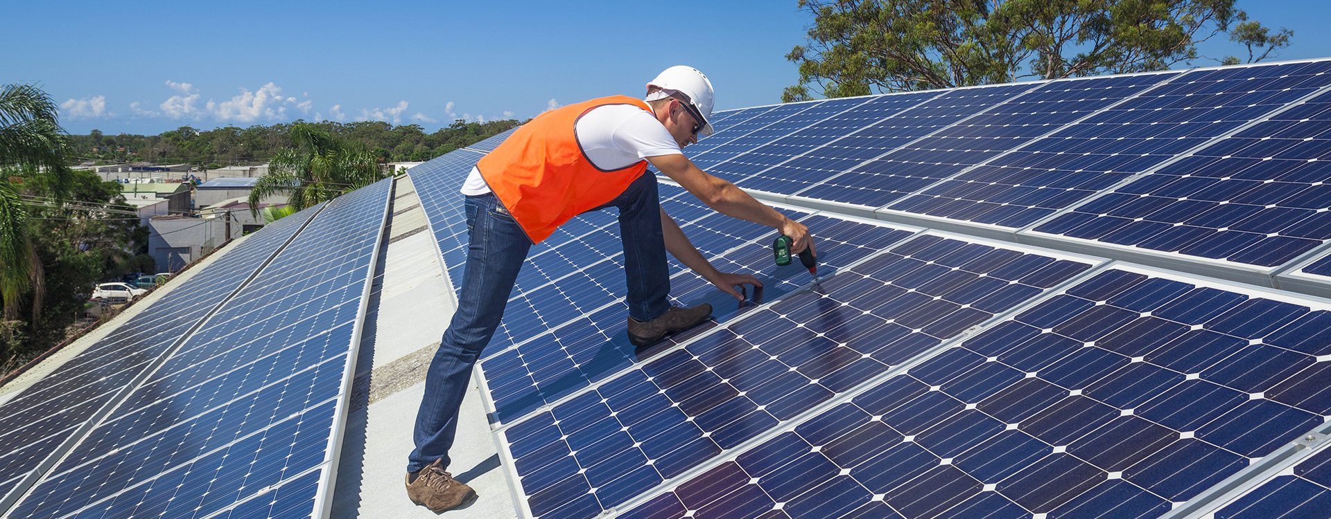 Installation of solar panels by expert