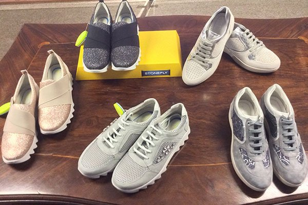 delle scarpe sportive da donna