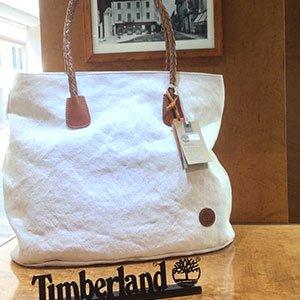 una borsa grande di color bianco