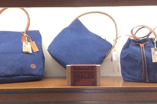 delle borse di color blu