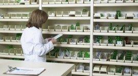 farmacisti specializzati, scaffale di prodotti, prodotti catalogati
