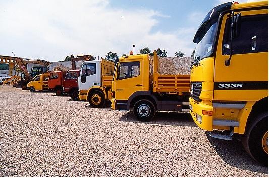 Camion e motori di terra allineati alla zona di costruzione