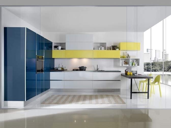 cucina bianca con inserti blu e gialli