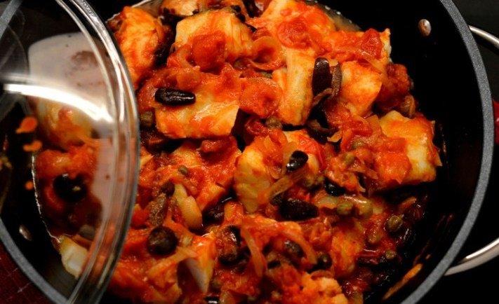 baccalà con pomodoro e olive nere in padella