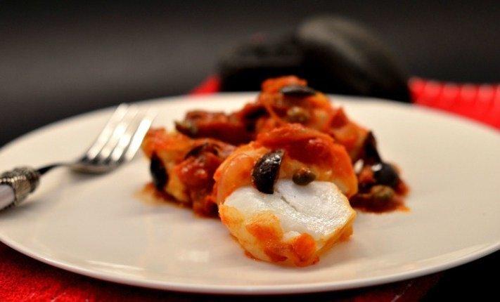 baccalà con pomodoro e olive nere nel piatto