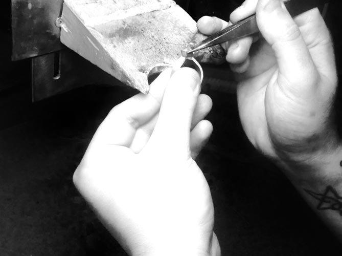 Orafo lavora su un anello