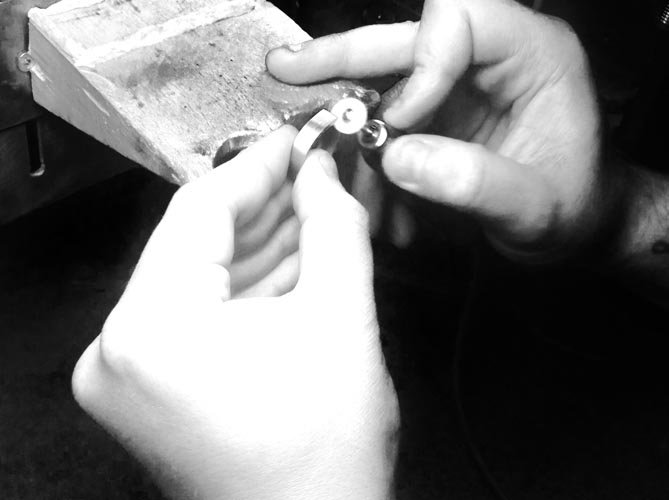 orafo lavora un anello