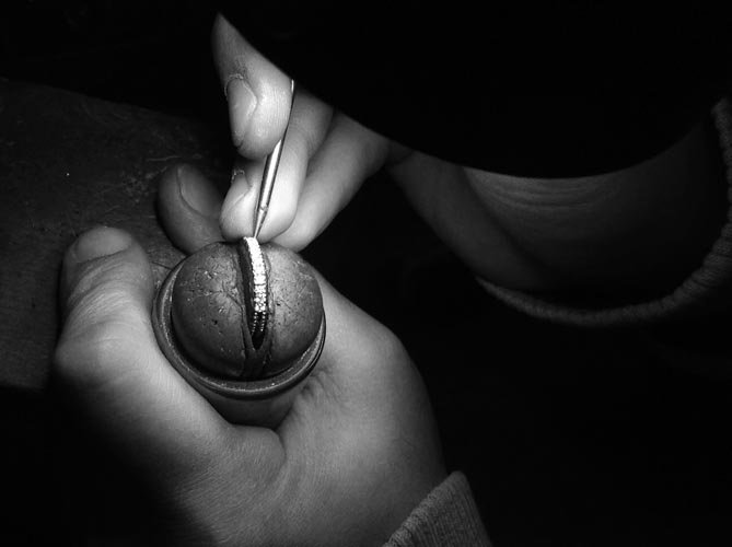 Orafo installa diamanti su un anello
