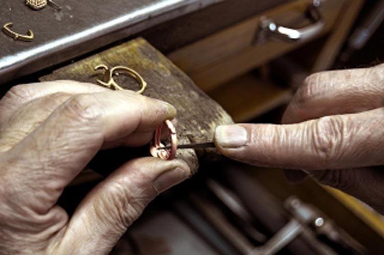 orafo al lavoro su un anello
