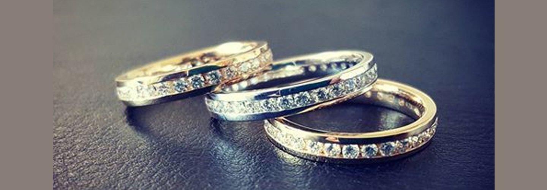 tre anelli con diamanti