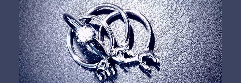 tre anelli e uno con diamante