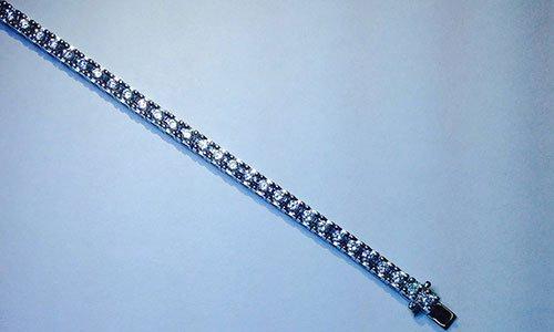 Un bracciale con serie di perline