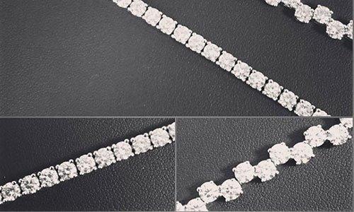 bracciale con perline bianche su un sfondo di pelle di color nero