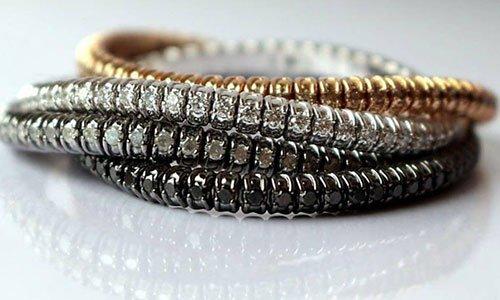 Bracciali con perline di color oro, bianco e nero