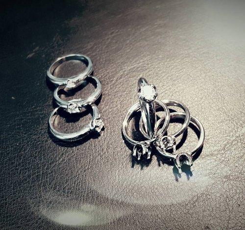 set di orecchini e anellini