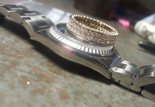 creazione di un braccialetto in un laboratorio di orafi