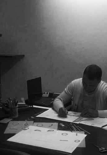 operaio durante una lavorazione su gioielli
