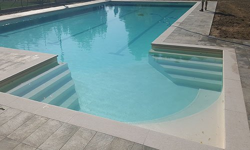 piscina con scalini a forma esagonale