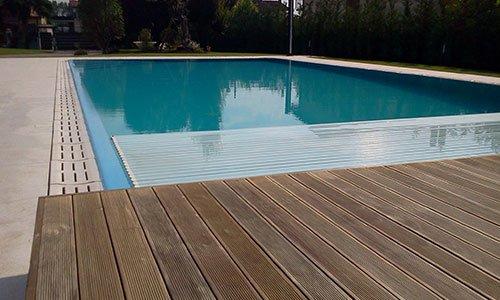 piscina e passerella in legno