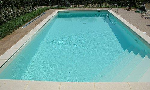 Vista frontale di piscina grande con scalette interne