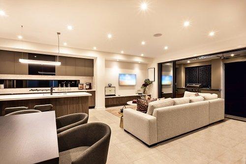 un salotto e cucina moderni open space