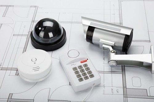 una videocamera di sicurezza, una telecamera a circuito chiuso e altri dispositivi di sicurezza